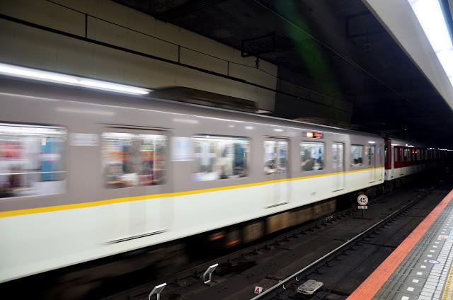 # 近鐵  如果想要從大阪市區前往奈良,除了JR之外,也可以選擇以近鐵的方式,搭乘難波/奈良縣前往,「近鐵奈良」、「JR奈良」是不同的車站喔!而「近鐵奈良」離登大陸公園地(餵鹿的地方)較近。近鐵的車種有分為普通、準急、急行、特急,普通列車最便宜,特急最貴。  另外近鐵也有推出「近鐵京阪神一日券」、「近鐵京阪神兩日券」,票券內容包含近鐵、奈良區巴士指定區域內自由搭乘,想要以近鐵遊玩的旅客來說十分划算