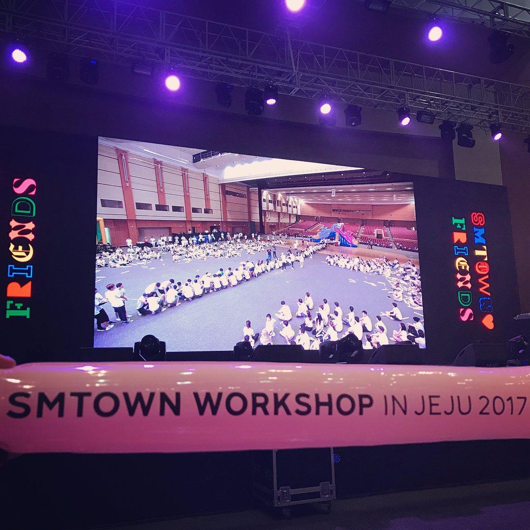SM娛樂公司6/19~6/21在濟州島舉行了「研討大會」,旗下的藝人也都會參加,由於出席的卡司陣容太強大機場成了另類的拍照大會?粉絲也笑稱這陣容就像是開演唱會一樣精彩@@