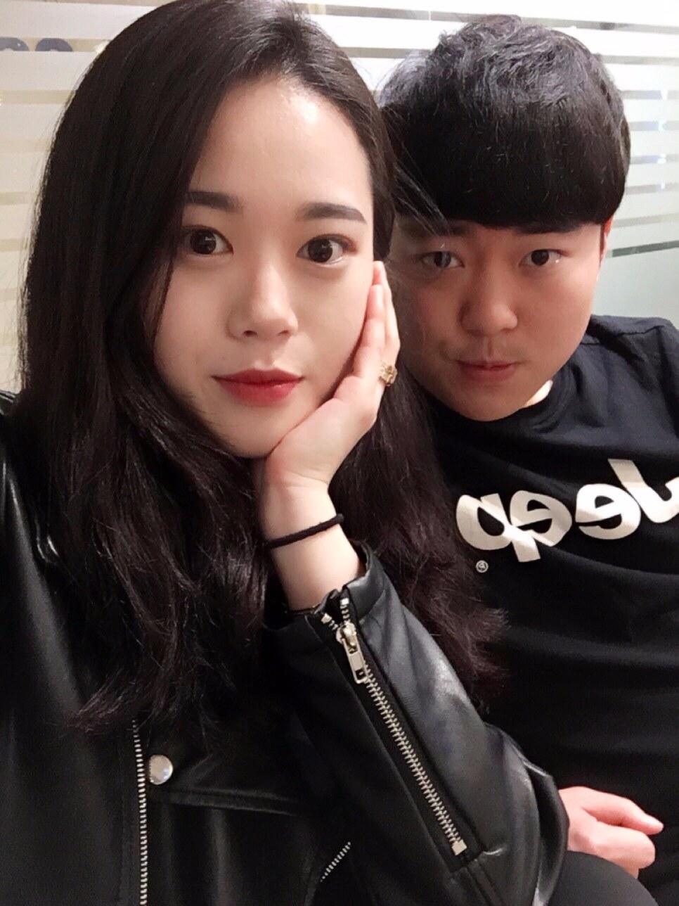 每次看到韓國情侶曬閃照,是不是都覺得好羨慕啊~為什麼他們總是有那麼多姿勢和表情可以拍,讓照片看起來很夢幻呢?這次摩登少女就要帶你來看看,究竟韓國情侶拍照的小技巧是什麼呢?
