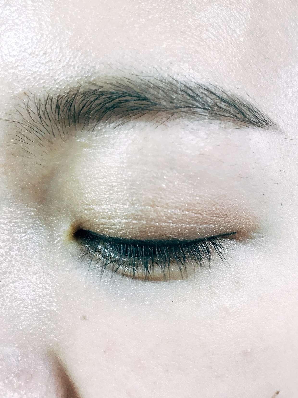 先以A打底整個眼窩,接著用C壓在畫好眼線的地方,然後使用B上在眼褶及整個眼窩後半部,之後輕沾點D上在前眼窩部分,最後用手指或眼影刷稍微暈開顏色界線即可。