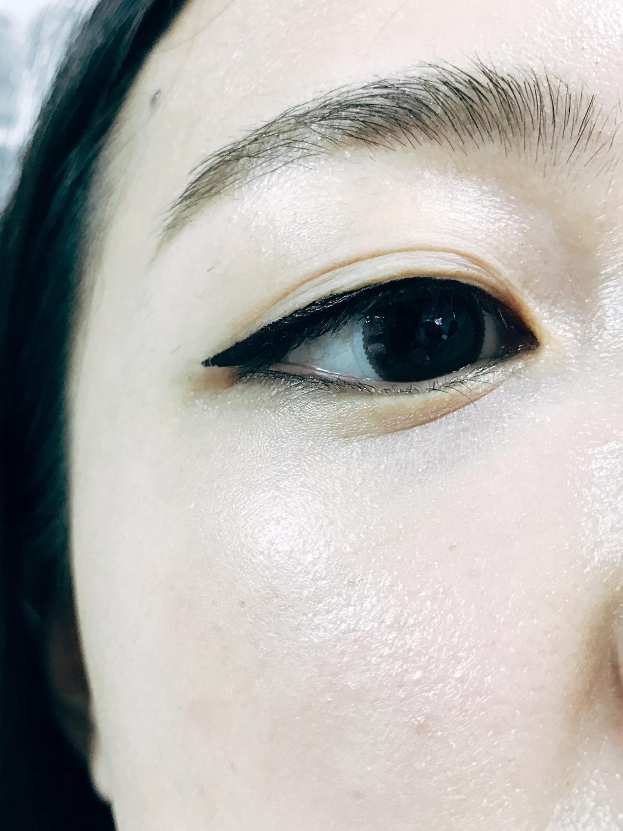 另一種就是用眼線來展現出超強氣勢的眼妝!拿出黑色眼線液照著眼型延伸畫出約1/4的長度。