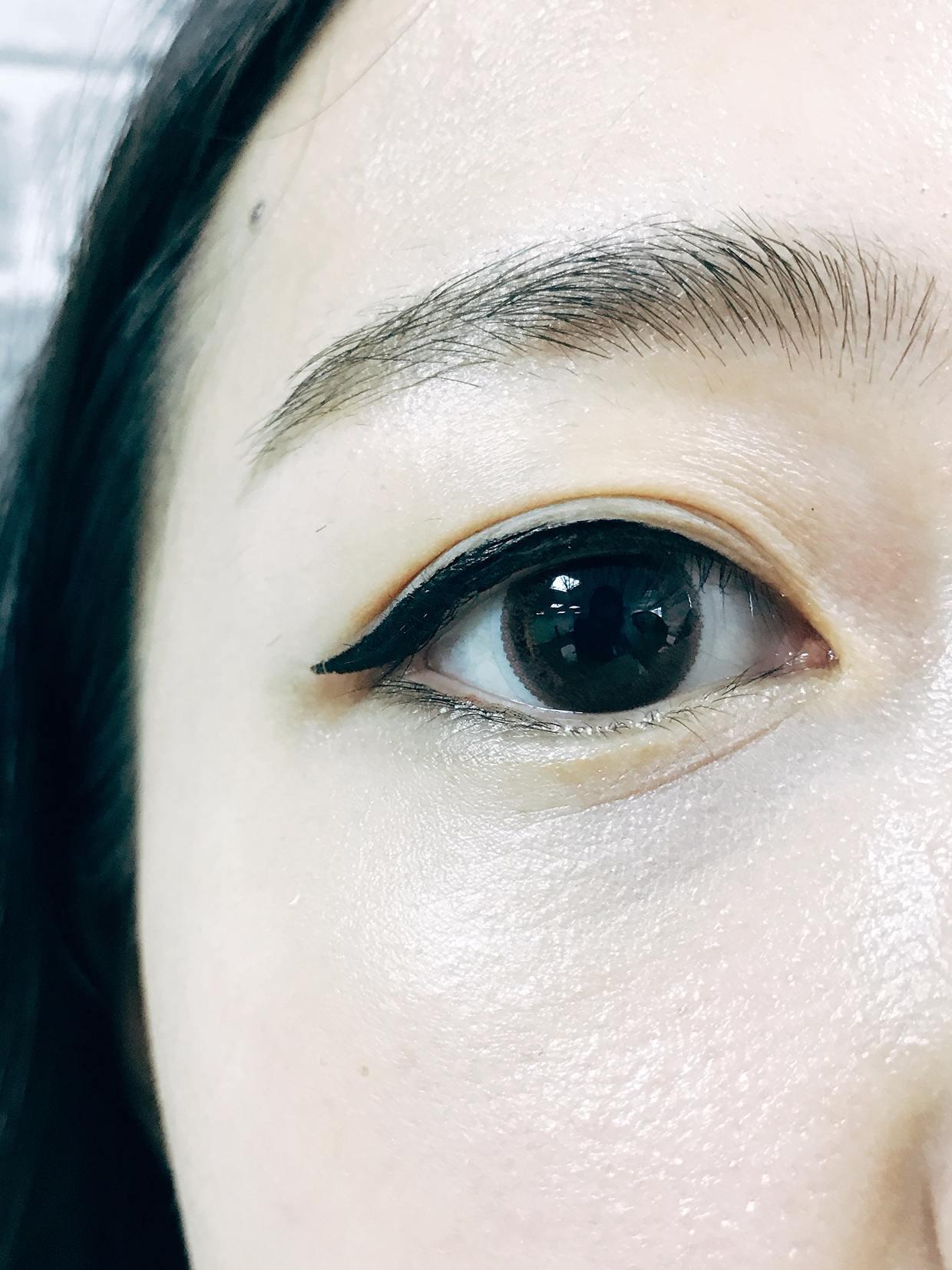 接著往前畫出三角形填滿,補上內眼線及下眼線就OK囉! 超簡單卻能完全展現出另一種風格路線,而且這種眼妝很適合單眼皮的女孩們話,可以瞬間讓眼睛變大變深邃!