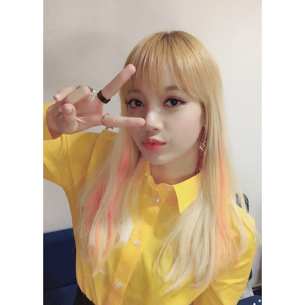直播當天忙內Lisa不僅用超流利的韓文與成員們互動,還展現一點都不像新人的超強綜藝感。就連成員們也被她的臨場反應嚇到啦XDD