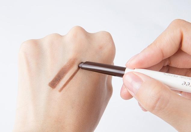 扁平的筆頭也很好描繪眉型,後面還有刷子也方便暈開~