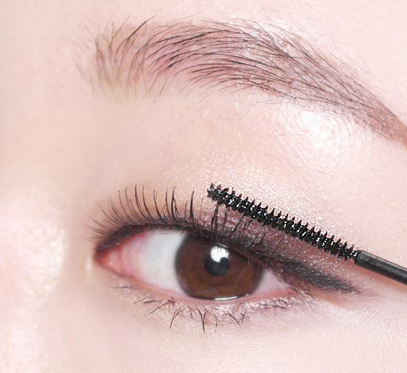 這款睫毛膏特點,就是在於超細的刷頭,對於平常睫毛膏容易塗到眼皮上的女孩,這款超級推薦!妝感非常自然纖長,就好像天生睫毛就是這麼長的感覺XD
