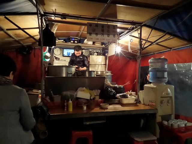 #包裝馬車 포장마차 有在看韓劇的話,對韓國的包裝馬車一定不陌生吧!在西面的巷子裡可是有一整排的包裝馬車,而且包裝馬車裡的老闆都會講幾句中文,所以付錢、吃東西的溝通上是沒有問題的!  如果想體驗道地的韓國食物和吃法,那就一定要記得晚上來西面,體驗看看包裝馬車!最推薦紫菜包飯,撒上點芝麻再加上點麻油,口味很獨特,跟台灣的壽司口味很不一樣~最重要的是,如果是春天來了話,還有一整排的櫻花可以欣賞!