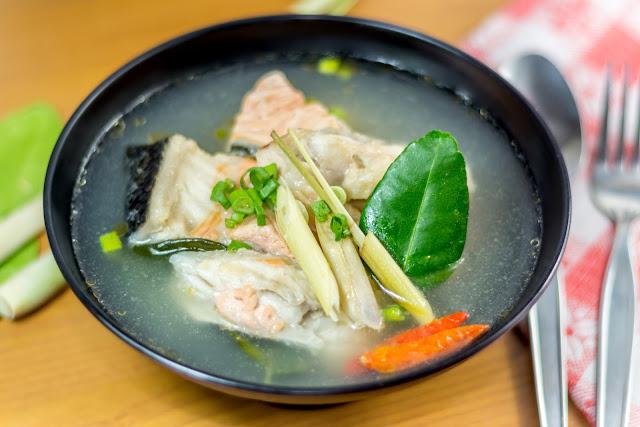 #鱈魚湯 대구탕 韓式料理一般來說口味都偏重一點,釜山有名的鱈魚湯可是以鮮甜清爽聞名喔!加入蘿蔔熬煮,魚肉厚實彈牙,而且份量可沒有在馬虎的喔!魚片數給得十分有誠意,喝完全身暖呼呼。