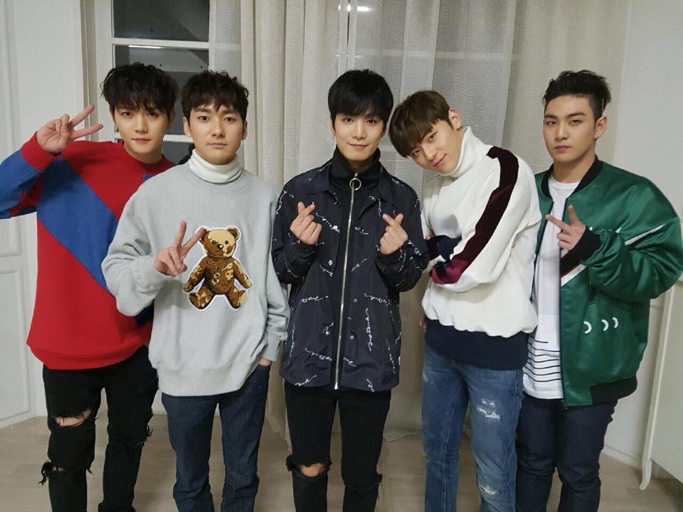當時NU'EST的成員們被問到旼泫的小習慣是什麼的時候,成員們的回答則是~ JR:「他喜歡對男人WINK(拋媚眼?)」 REN:「他很喜歡跟人SKINSHIP(肢體接觸)」