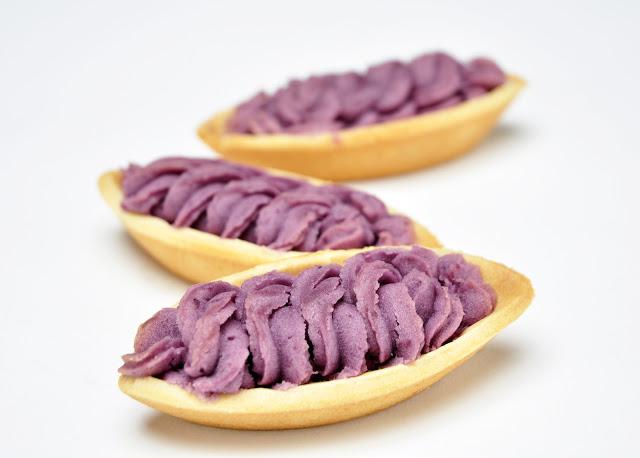 1.  紅芋塔 說到沖繩不能不買的就是紅芋塔!紅芋塔是由紫薯所製成的甜點,甜而不膩,餅皮鬆軟,與紅芋餡的口感幾乎合而為一,很適合拿來當下午茶!沖繩最知名的店家為御果子御殿,還能參觀製作紅芋塔的過程喔!