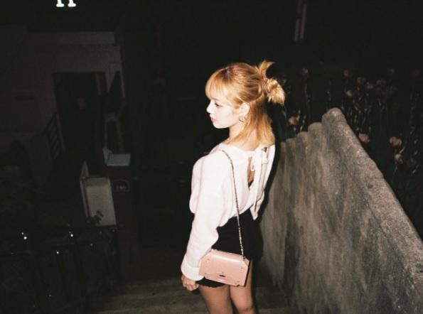 5.小包配件: 小包包從前幾年開始就很流行,像Lisa選擇一個粉色的鏈條小包配上白色襯衫和黑色短褲可以讓你看起來更有氣質喔!