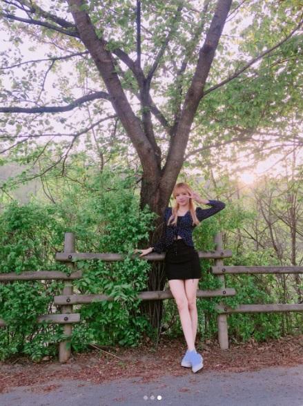 6.短上衣+高腰裙: 這種穿法絕對是小矮人必備的啊!短版上衣就算沒有露出肚子,也一樣可以讓你的比例拉長,當然如果你的條件像Lisa一樣好,露出小肚肚也很OK啦!