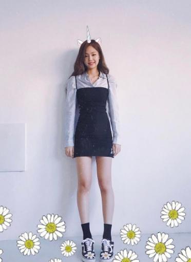 8.一件式洋裝+襯衫: 一件式洋裝的穿搭最近真的超紅!!!身材好的女生你當然可以選擇這種較緊身的款式,但是一般摩登少女會建議你們挑選較寬鬆的款式,配上涼鞋或是球鞋都OK喔!如果不怕熱可以選擇襯衫做搭配,但是夏天摩登少女更建議你們可以選擇一件簡單的T-shirt搭配喔!