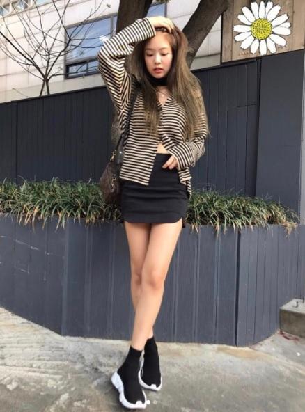 7.短裙+球鞋: 短裙配球鞋的穿搭已經是韓妞的招牌風格啦!不管是配上白鞋還是穿上黑鞋,都一樣很簡單喔!最好再配上一雙過腳踝的中長襪,能夠修飾腿型。