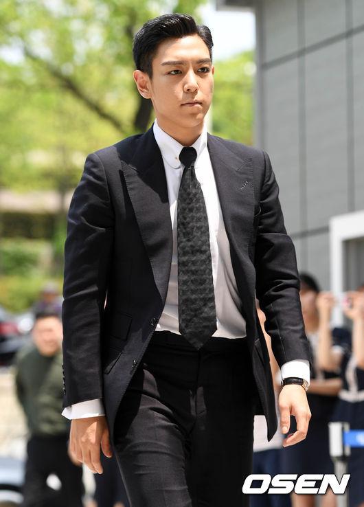和上回憔悴的身型相比,今天的T.O.P似乎有些變胖,但穿著西裝和領帶接受審判,看得出是有備而來。而在法庭上承認所有犯行。