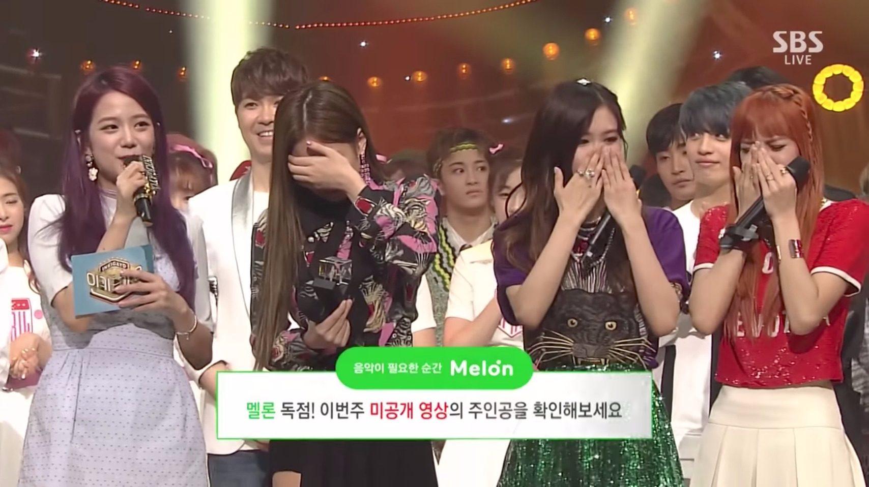 今天播出的<人氣歌謠>BLACKPINK獲得這次回歸的首個一位,成員們也紛紛流下感動的眼淚!!除了Jisoo相對冷靜之外(因為Jisoo是節目的主持人),其他成員都哭得無法講出話來  ㅠㅠ