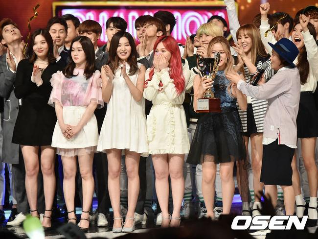 甚至在Red Velvet發行《7月7日》因為音源成績不如預期,讓成員都非常擔心,終於在節目上得到當時第一座音樂節目獎項時,MAMAMOO的成員還在後面笑得像是自己得獎一樣開心,也難怪粉絲會說她們兩團的互動不論何時來看都暖心