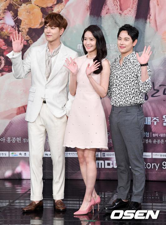 終於很快就可以看到三人站在一起的畫面啦,拍《王在相愛》後同劇演員們更相約打保齡球,可見大家的感情都非常的好耶!!!