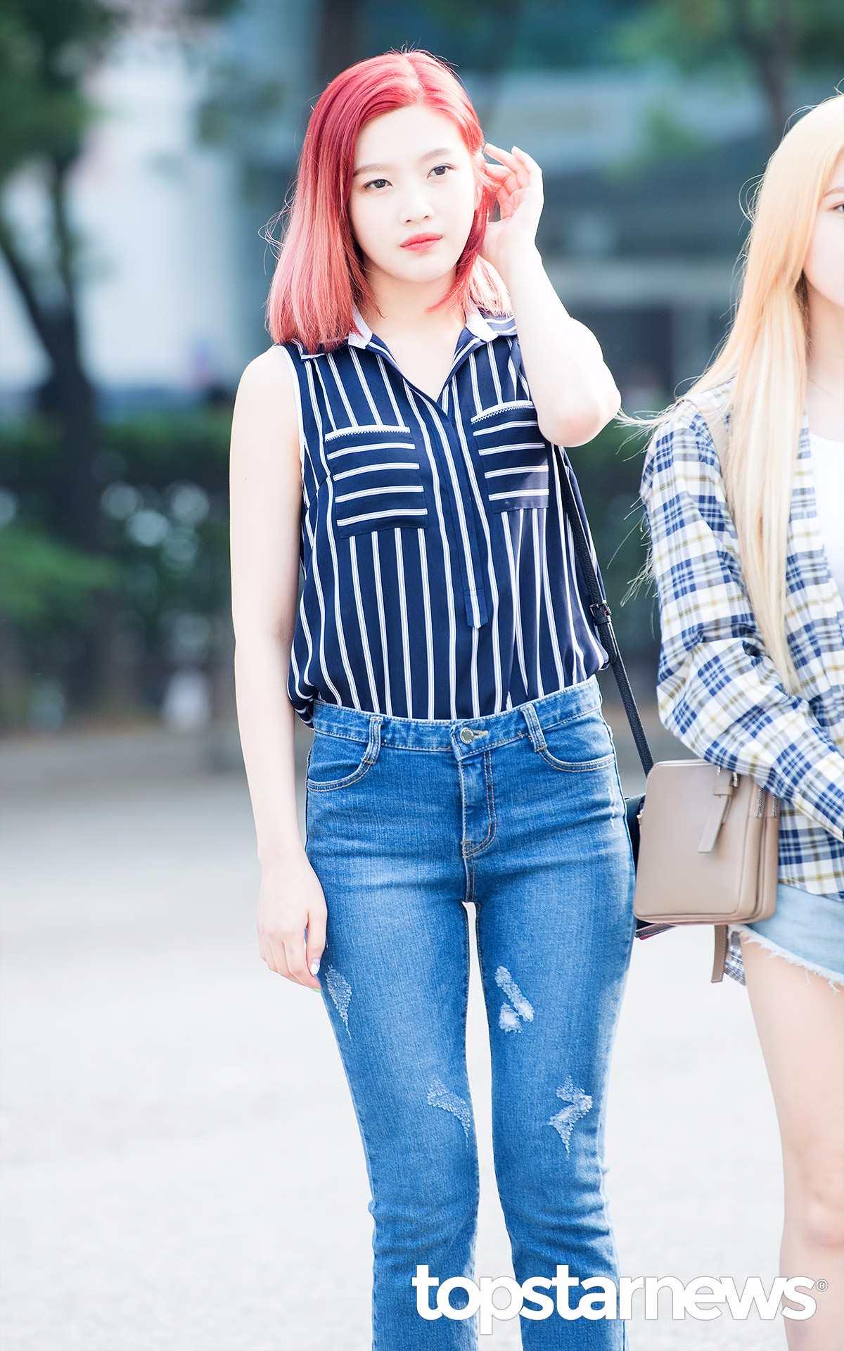 ◆Joy Joy真的瘦好多啊~~ 不過像這種無袖的襯衫, 肩寬或者有「蝴蝶袖」的女孩一定要慎選啊