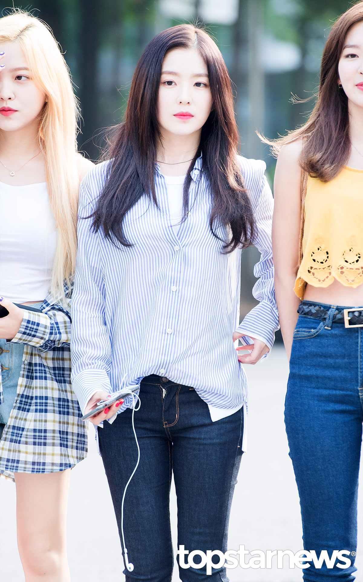韓妞還特別喜歡在襯衫裡面內搭一件素T, 夏天可以搭低領,如果是春秋通常會搭高領T。