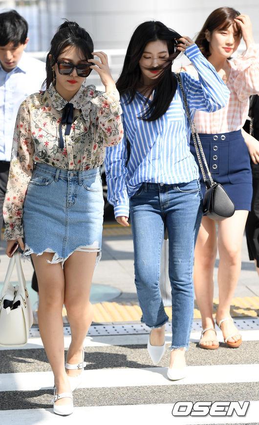◆Irene Irene最近特別喜歡穿這種藍白格紋的襯衫, 也是韓國今年夏天特別流行的一款襯衫。 最佳的搭配單品當然就是丹寧褲了。