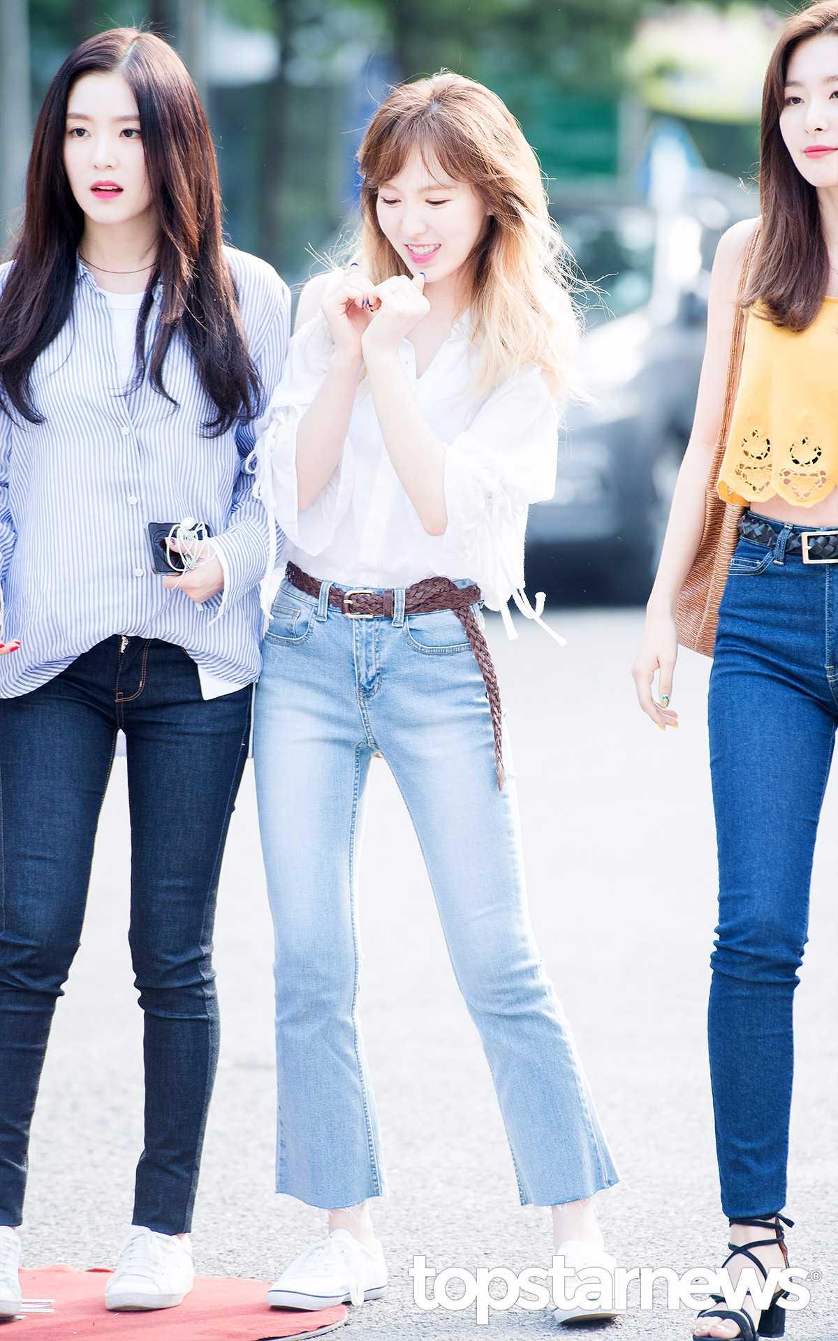 ◆Wendy Wendy選了一件跟Joy一樣的微露肩的襯衫來搭配丹寧褲, 而微喇叭款的丹寧褲也是最近韓妞流行的重點, 還有從去年開始流行起來的皮質腰帶。