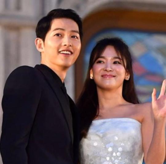今天早上, Blossom Entertainment, UAA 同時發表兩人今年10月結婚!!!!兩人預計在10月31日完婚。兩人透過經紀公司表示,結婚並非兩人的事,必須是要和家族會面等慎重的情況。兩人先前多次傳出熱戀,但都被否認,而這一次直接公佈婚訊。
