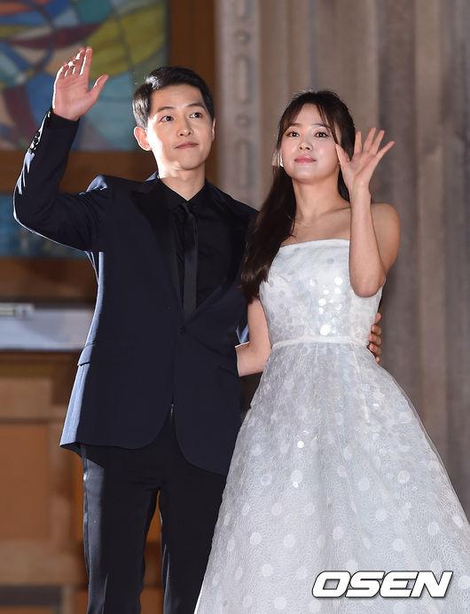不只結婚消息勁爆,就連韓國網友看到新聞也忍不住說這回是中國「微博戰勝」的一天,就知道大家有多驚訝。不過大家也不要為了男神女神要結婚而太傷心(?),因為宋仲基的經紀公司Blossom理事受訪,表示他們也是宋仲基在一個月前慎重的提起兩人的婚事,才知道宋仲基「婚頭了」的消息