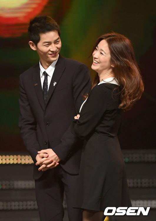 根據韓國《聯合新聞》的報導,宋仲基大約是在一個月前慎重的提起了兩人的婚事,從當時開始經紀公司就在考慮結婚消息公佈的時間,而宋仲基新電影《軍艦島》26日上映在即,公司認為在上映前公佈比較好,因此選在今天公開。