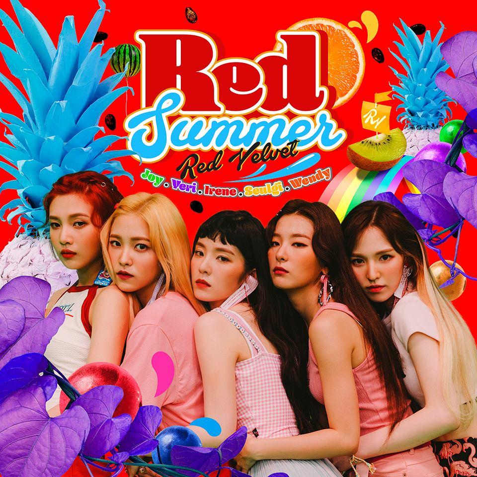 """於今日公開新專輯完整團體照的Red Velvet,再次證明了女團的美貌只會""""與日俱進 """",貝貝這次的回歸照可是驚豔許多網友啊! 粉絲也紛紛表示:「Red Velvet又新創造了她們的全盛時期~」"""