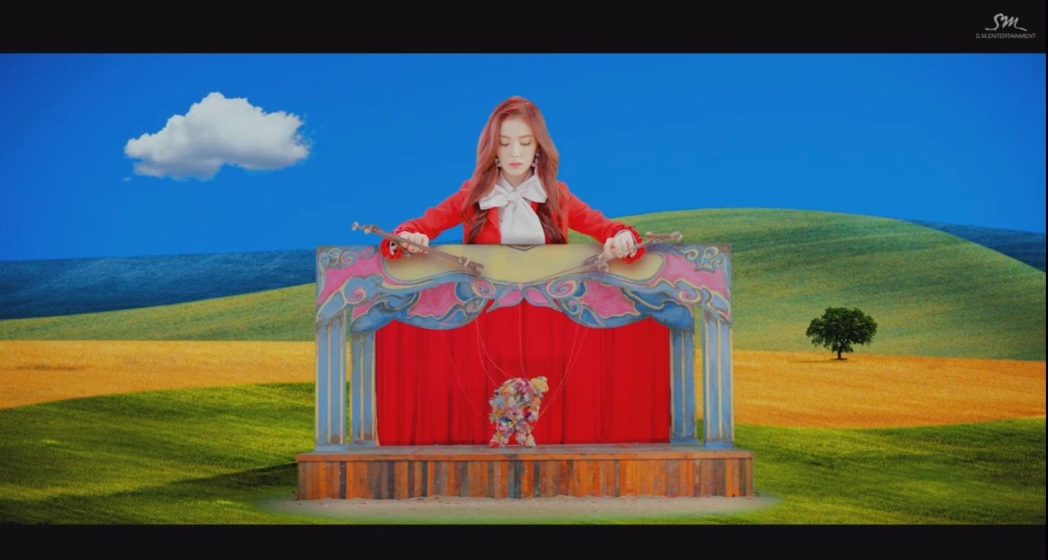 而《ROOKIE》的MV那時也被網友神解讀,從提線木偶到像是Windows XP的山丘藍天背景,都是在嘲諷前韓國總統朴槿惠。 提線木偶是指被崔順實操控的朴槿惠,而XP的山丘藍天背景是在2001年10月25日推出,朴槿惠則是在去年的10月25日道歉。而畫面中的花人也給人在鞠躬道歉的錯覺啊! 這樣看下來真的感覺到雞皮疙瘩!