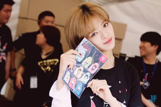 而韓國媒體前陣子也公開了TWICE在韓國安可演唱會的花絮照,像是定延在周邊攤位出沒的照片