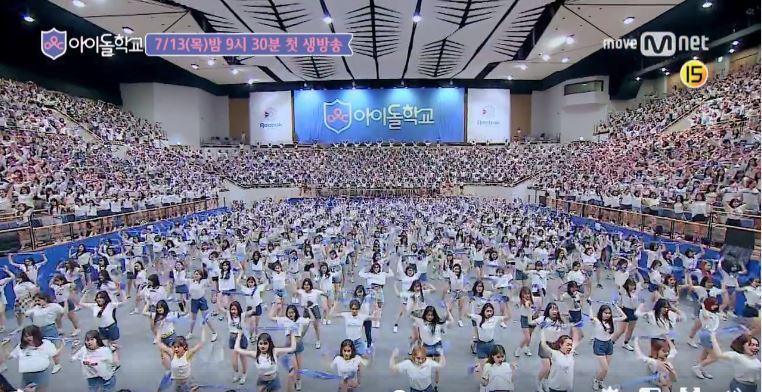 雖然人人都搶著當偶像,在《偶像學校》釋出的前導宣傳MV中「體育館群舞」,讓人簡直要「密集恐懼症發作」的場景,讓不少韓國網友批評「國家病了」