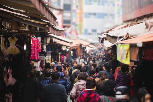 第二站:南大門市場 남대문시장  南大門市場是全韓國商品種類最齊全、規模最大的批發零售綜合市場,不論是要少女服飾、兒童服飾還是廚房用品,應有盡有!再融合傳統市場的性質,逛累了,也有許多攤販能享用熱呼呼的點心。除了零售外,有些商家凌晨也有批發的銷售,如果夜晚找不到地方去的話還可以再回來南大門晃晃呦!