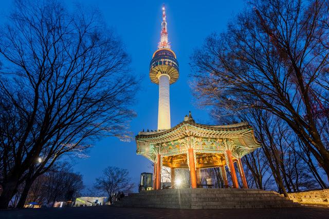 第三站:南山公園 남산공원  南山公園位於首爾市中心的南山上,山路四通八達、景點遍佈,包括首爾塔、八角亭、烽火台、韓屋村等等,無論是搭乘纜車上山或漫步30分中登頂,都有不同的風情。