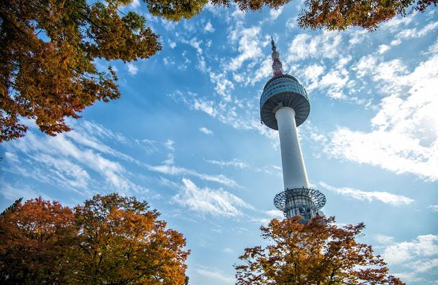 第四站:N首爾塔 N 서울타워  登上南山公園山頂的首爾塔,360度全方位地俯瞰首爾全景,是首爾市民和遊客最憧憬的活動之一。不論是黃昏夕陽還是一片繁華的市容景色,都能盡收眼底。除了能體驗穿和服、Hello Kitty展示館等,與另一半前往的話絕對不能忘了去2樓鎖上彼此的愛情鎖喔!