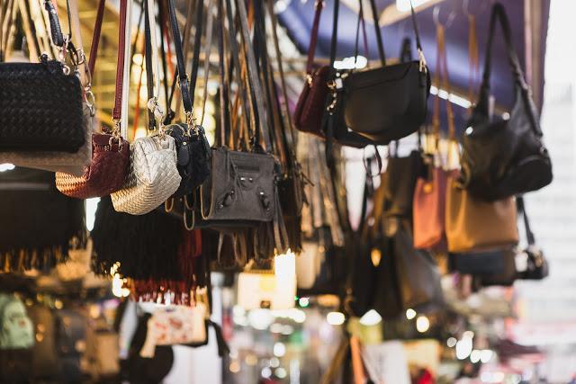 第四站:明洞 명동  明洞是反映整個韓國流行指標的代表性區域,各種服飾、鞋類、精品、雜貨,多樣化的美食、商店、汗蒸幕、高檔的百貨公司,還有韓國影視帶來的韓流商品、韓流體驗館等等都位於此。明洞雖然佔地不大,卻密集的擠滿了各式商店,大批的觀光客也指名來此,使得這裡常常擠得水泄不通。