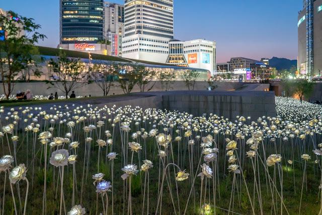 第六站:東大門 동대문 쇼핑존  越晚越熱鬧的東大門,想必是大家到首爾第一個想要攻佔的地點,這裏包括8個主題市場、20多個小商場及眾多購物商城,內容相當豐富多元。好朋友們若想一起採買衣服,也很推薦大家可以在晚上時來逛逛,也許可以拿到批發的價格呦!附近還有DDP東大門設計廣場,不定期會有特別展演活動,小編也很推薦前往參觀!