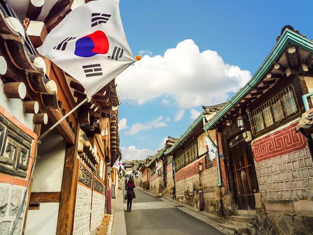 第二站:北村韓屋 북촌한옥마을  北村非常重要的傳統文化精華區,相臨的三清洞也深受北村韓屋的影響,充滿濃厚的傳統文化風情。近年來文創在韓國漸漸的發展,在北村也能見到很多融合古今的創意文創商品。還有適合外國人的韓服試穿體驗都能夠在這裡實現。