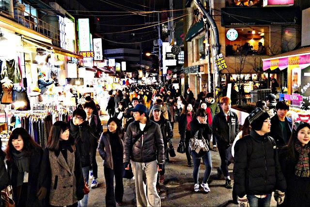 第六站:弘大 홍대  在弘大前方約300公尺處,有一條與學校平行的街道,道路中央畫有整齊的停車格,因而被稱為「停車場街」。街道兩旁的店家,無論是建築、裝潢或是販售的的商品,都很有風格特色,也是韓國潮流流行的指標。