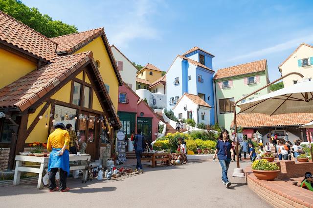 Day4:小法國村→南怡島→永登浦市場→漢江遊覽船  第一站:小法國村 쁘띠프랑스  小法國的設計概念是以「花、星星、小王子」為主題,也是小王子故事的主題樂園。另外在這裡也可以看見許多法國象徵-「雞」的雕刻和藝廊,也可以聽見從200年歷史之久的音樂盒中放出的優美旋律的音樂盒店,以及花草芳香店、紀念品店等,更可體驗獨特的法國文化。