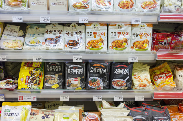 第三站:首爾站樂天超市 롯데마트 서울역점  以樂天世界和樂天百貨公司知名的'樂天'所開設的大型特價超市<樂天超市>目前在全國總共有100多個賣場。從食品、生活用品到名牌流行服飾,商品應有盡有,在一個空間下可盡情逛街購物。