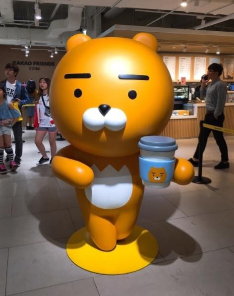 去到韓國絕對不能錯過的就是Kakao咖啡廳一定要去啊!裡面可是會被滿滿的Kakao人物給包圍,立刻拿起手邊的購物籃瘋狂採購啊!不過你可不用等到去韓國才買得到啦!這次女神我幫你準備了幾個超可愛的Kakao周邊,不相信你看完不會下單啦!