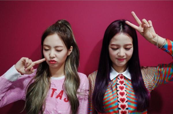 只能說Jisoo和Jennie實在是太可愛了,雖然在舞台上很有氣勢,但私底下完全就像個小學生一樣,對任何事情反應都很大XD