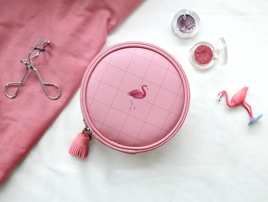 燈燈~就是這個超可愛的紅鶴化妝包!圓滾滾的外型就算了,還是粉紅格子的設計,真的很討喜耶!