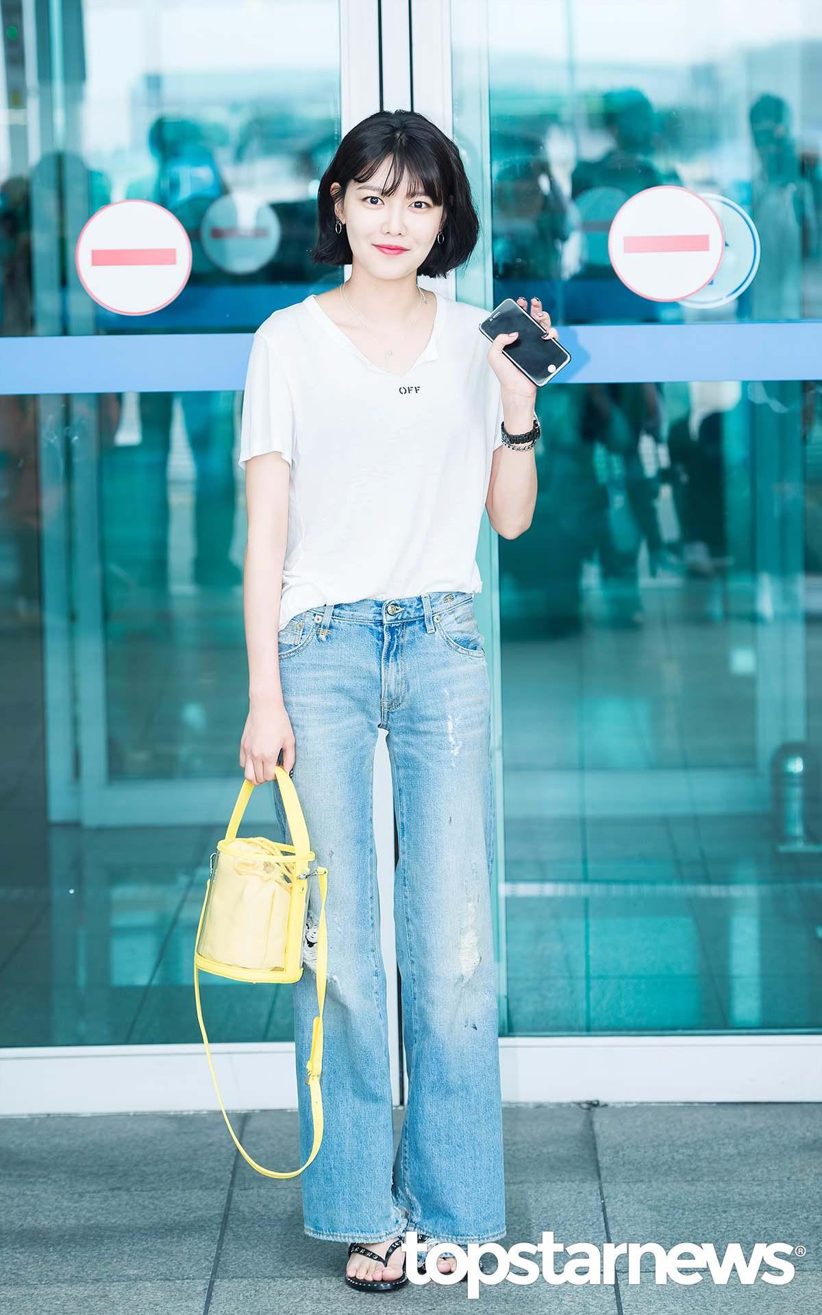 ①寬鬆的丹寧褲 比起緊身褲,今年夏天韓妞更流行搭配水洗色的寬鬆丹寧褲。 也剛好適合腿粗的女生~~
