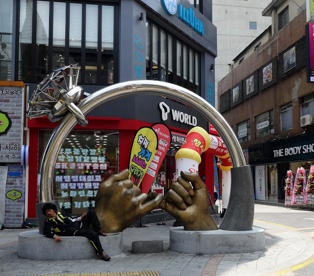 Day1:桃園/金海→西面地下商街  第一站:西面地下街 서면 지하도상가  往地面行走會有很多特色餐廳,小吃攤及各式各樣的衣服和各大連鎖品牌的化妝品店。而走到「西面」的地下街,長長的地下街充滿著不同的店家,有販售衣服、鞋子、內衣、還有個大美妝品牌,應有盡有。