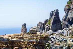 第二站:太宗台 태종대  不同於海雲台的沙灘地形,太宗台這邊則是以礫石灘和侵蝕海岸聞名。長時間接受海浪侵蝕的結果,造就其直落海的峭壁絕景,其中更以神仙岩最為著名,除了可以看到奇岩怪石與大海的美景之外,還可以見識到韓國人不畏粉身碎骨的大無畏精神。