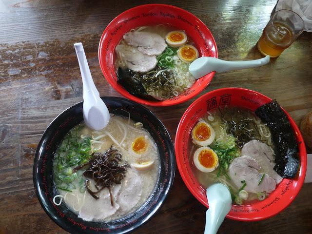 第二站:儀保站吃通堂拉麵  接下來就是來日本每次必排的經典行程-吃拉麵!通堂拉麵的名氣應該不用小編多說了吧!最知名的「男人麵」、「女人麵」,可不只有觀光客愛吃,就連日本人也很喜歡喔~店內每桌都會附上辣豆芽,搭配著拉麵一起吃真的超級對味!  至於小編為什麼選擇在儀保站站吃,而不是總店呢?因為儀保站離首里城較近,而且人潮也會比較少,真的不用像在總店一樣排那麼久!但味道是一樣好的喔!