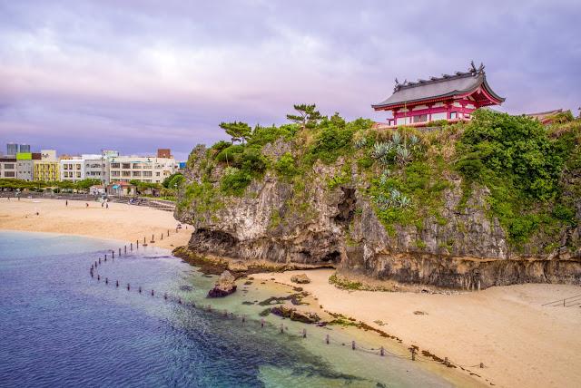 第二站:波上宮  去完知念岬公園後,可以再回到「旭橋站」前往波上宮,身為沖繩的第一神社,它最獨特的地方就是整座建築是位在珊瑚礁斷崖上,從一旁的波之上海灘看過去美到令人讚嘆!  波上宮充滿著日本神社肅穆寧靜的氛圍,雖然不是大神社,但濃厚的日本氛圍可是一點也不減少啊!臨走前也別忘了抽個簽,或是買個御守讓自己留做紀念吧!