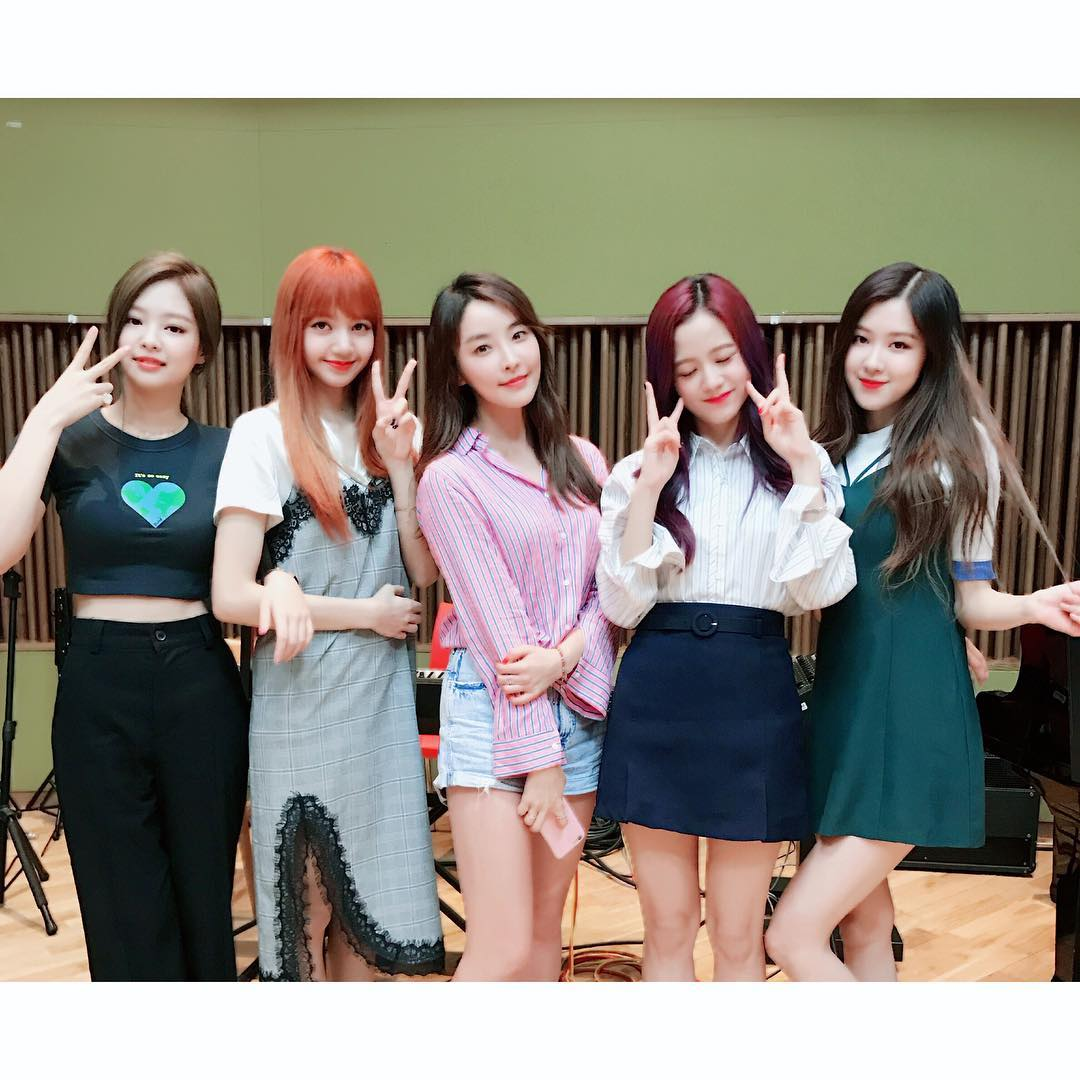 成員們也上了廣播電台節目做宣傳,成員們除了聊到發片發生的一些事情之外,忙內Lisa更是透露了當初為什麼參加YG的在泰國所舉辦的面試